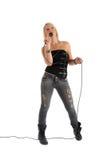 Mujer que canta en el micrófono imagenes de archivo