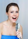 Mujer que canta en la ducha Fotografía de archivo libre de regalías
