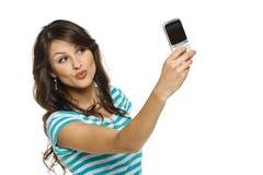 Mujer que captura la foto de sí misma en el teléfono móvil Foto de archivo
