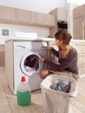 Mujer que carga la lavadora Foto de archivo libre de regalías