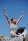 Mujer que celebra con las manos para arriba Imagen de archivo