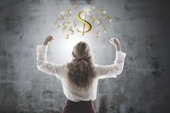 Mujer que celebra con s?mbolos del dinero fotos de archivo