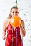 Mujer que celebra cumpleaños con el globo Fotografía de archivo
