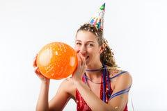 Mujer que celebra cumpleaños con el globo Imagenes de archivo