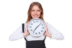 Mujer que celebra el reloj y la sonrisa Foto de archivo libre de regalías