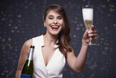 Mujer que celebra el ` s Eve del Año Nuevo Fotos de archivo libres de regalías