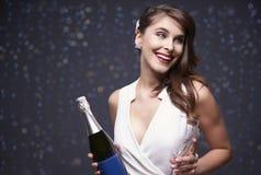 Mujer que celebra el ` s Eve del Año Nuevo Foto de archivo