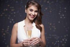 Mujer que celebra el ` s Eve del Año Nuevo Imagen de archivo libre de regalías