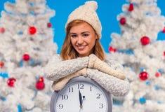 mujer que celebra la Navidad Foto de archivo libre de regalías