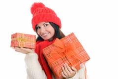 Mujer que celebra la sonrisa de dos regalos Imagen de archivo