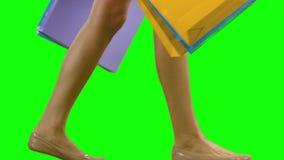 Mujer que celebra los panieres y caminar Pantalla verde almacen de video