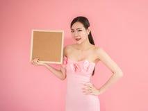 Mujer que celebra mostrar la muestra, muchacha hermosa atractiva que lleva a cabo el bl marrón imagen de archivo libre de regalías