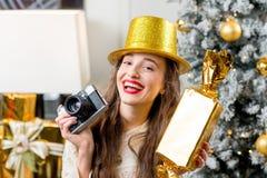 Mujer que celebra vacaciones de invierno Foto de archivo libre de regalías