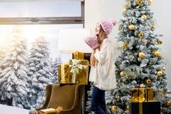 Mujer que celebra vacaciones de invierno Fotos de archivo libres de regalías