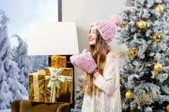 Mujer que celebra vacaciones de invierno Imagen de archivo libre de regalías
