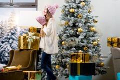 Mujer que celebra vacaciones de invierno Imagen de archivo