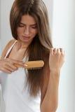 Mujer que cepilla el pelo largo sano hermoso con el retrato del cepillo Fotos de archivo
