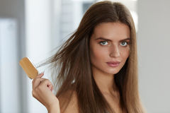 Mujer que cepilla el pelo largo sano hermoso con el retrato del cepillo Fotografía de archivo
