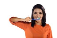 Mujer que cepilla sus dientes Fotos de archivo