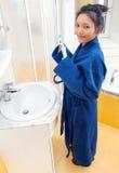 Mujer que cepilla sus dientes en cuarto de baño Imágenes de archivo libres de regalías