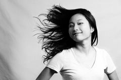 Mujer que chasquea su pelo Foto de archivo libre de regalías