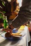 mujer que cocina con la cocina de la pera en casa imagenes de archivo