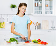 Mujer que cocina el alimento sano Imagen de archivo libre de regalías