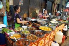 Mujer que cocina el almuerzo en Siem Reap Fotografía de archivo libre de regalías