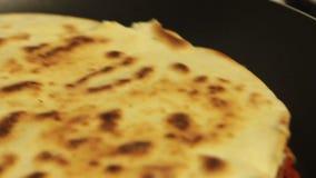 Mujer que cocina el quesadilla de la patata dulce con el pimiento picante metrajes