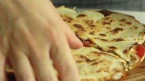 Mujer que cocina el quesadilla de la patata dulce con el pimiento picante almacen de metraje de vídeo