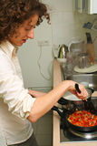 Mujer que cocina en el país Foto de archivo