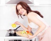 Mujer que cocina la cena Fotos de archivo libres de regalías
