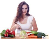 Mujer que cocina la comida sana Imágenes de archivo libres de regalías