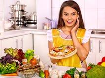 Mujer que cocina la pizza Fotos de archivo