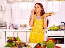 Mujer que cocina la pizza Foto de archivo