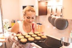 Mujer que cocina las tortas Fotos de archivo libres de regalías