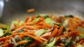 Mujer que cocina verduras almacen de metraje de vídeo