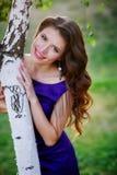 Mujer que coloca el árbol de abedul cercano en día de verano Foto de archivo