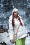 Mujer que coloca la cascada cercana de la montaña Imagen de archivo