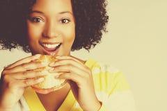 Mujer que come el alimento imagen de archivo libre de regalías