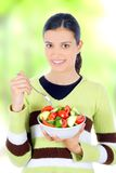 Mujer que come el alimento sano foto de archivo
