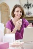 Mujer que come el almuerzo en su escritorio fotos de archivo libres de regalías