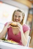 Mujer que come el almuerzo en un café fotos de archivo libres de regalías