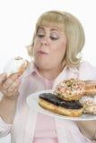 Mujer que come el buñuelo Imágenes de archivo libres de regalías