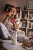 Mujer que come el cereal de desayuno fotografía de archivo