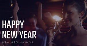Mujer que come el champán, baile de la gente en Noche Vieja 4k almacen de video