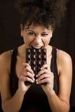 Mujer que come el chcolate Imagen de archivo libre de regalías