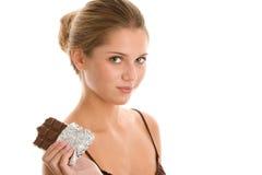 Mujer que come el chocolate Foto de archivo
