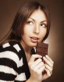 Mujer que come el chocolate Fotos de archivo libres de regalías