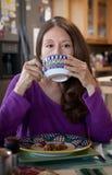 Mujer que come el desayuno Fotografía de archivo libre de regalías